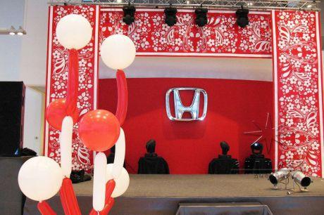 Оформление сцены на открытии автосалона Хонда