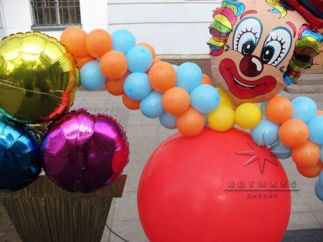 Красочная фигура из воздушных шаров