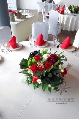 Цветочная композиция на круглом столе