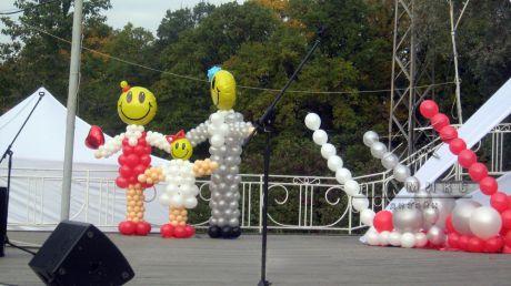 Оформление праздника на  уличной сцене украшены: тканями, баннерами, воздушными шарами и фигурами из шаров