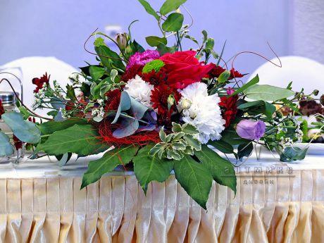 Цветы в оформлении зала в Толстом сквере для именинника