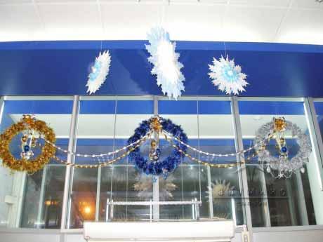 Новогоднее оформление витрины с использование мишуры