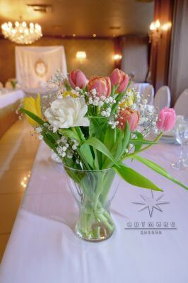 Праздничный декор из живых цветов на столах гостей